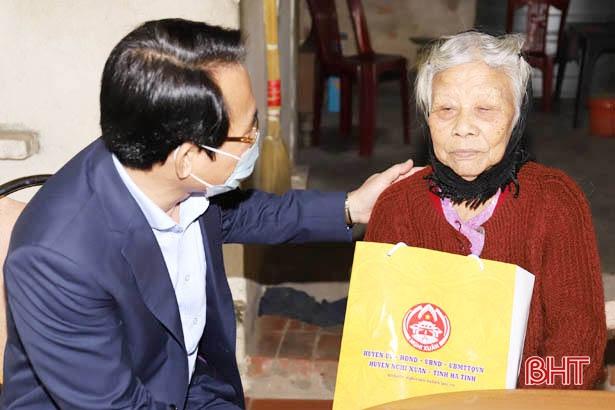 Hà Tĩnh cấp 370 thẻ bảo hiểm y tế cho người có công