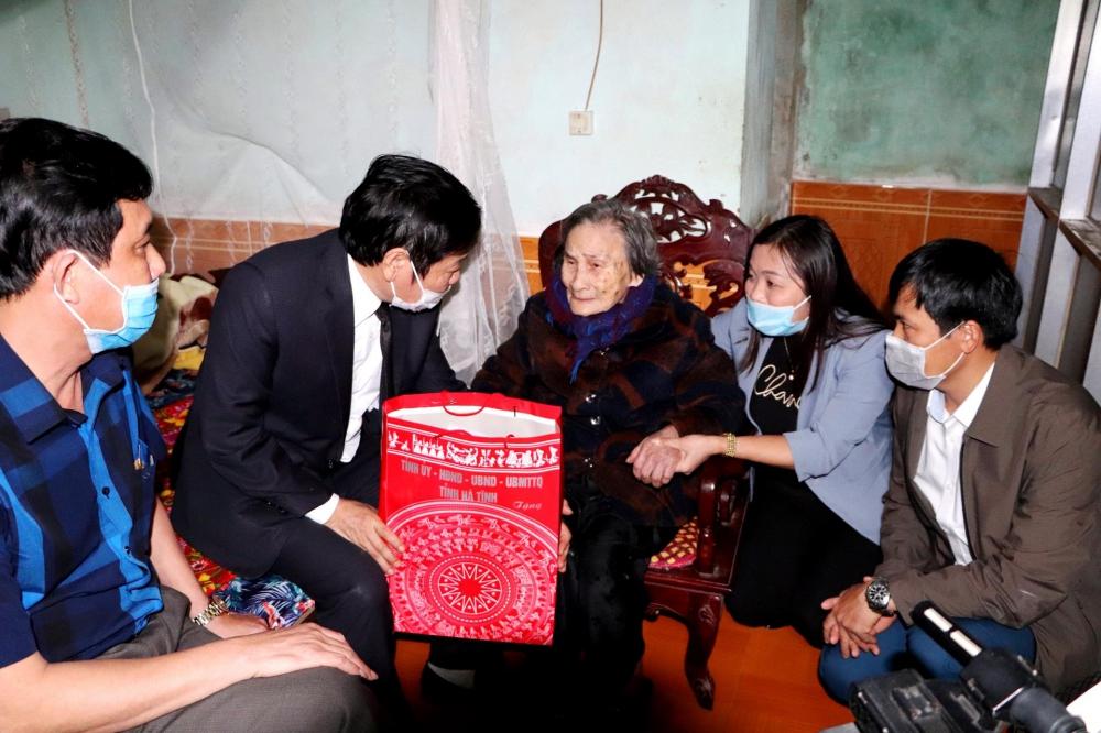 Giám đốc Sở LĐTB&XH tặng quà cho gia đình chính sách ở Vũ Quang