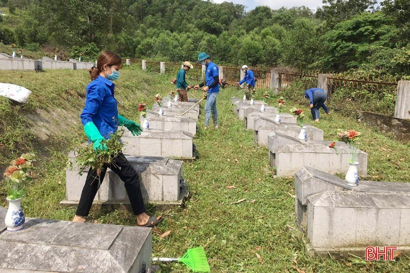 Người dân Hương Sơn làm sạch nghĩa trang, chuẩn bị cho đợt quy tập liệt sĩ