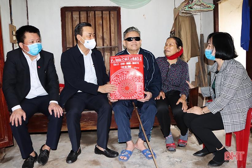 Lãnh đạo Hà Tĩnh tặng quà tết cho người có công, gia đình chính sách ở các địa phương