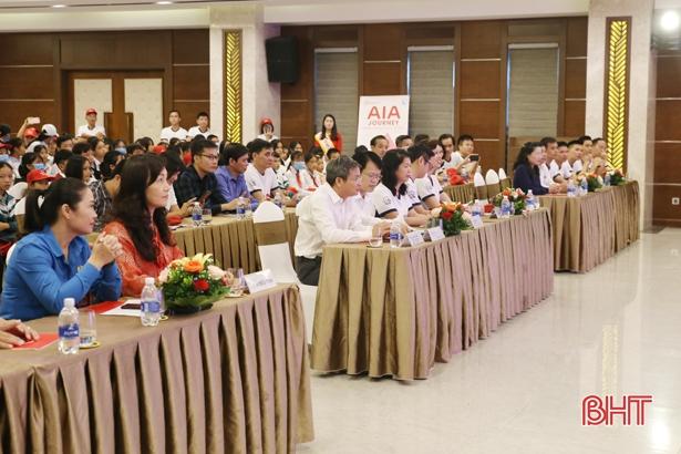 AIA trao xe đạp, hợp đồng bảo hiểm trị giá 562 triệu đồng hỗ trợ trẻ em Hà Tĩnh