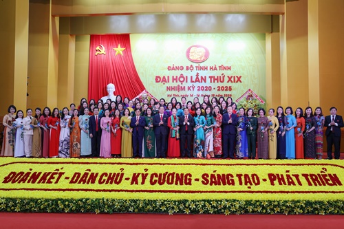 Tặng hoa và quà cho đại biểu nữ tham dự Đại hội Đảng bộ tỉnh khóa XIX nhiệm kỳ 2020-2025