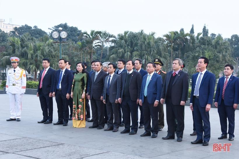 Đoàn đại biểu Hà Tĩnh dự Đại hội XIII của Đảng dâng hương, báo công với Bác Hồ