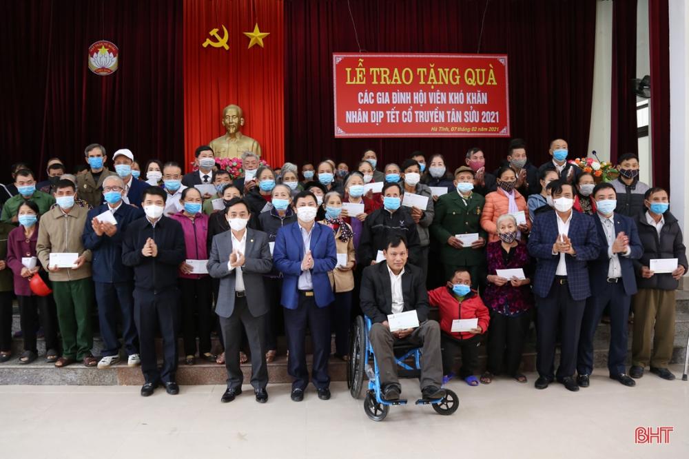 Phó Trưởng ban Thường trực Ban Tổ chức Trung ương trao quà tết tại Hà Tĩnh