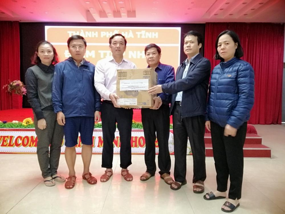 Cán bộ, đoàn viên Công đoàn Sở Lao động- TBXH hỗ trợ đồng bào bị lũ lụt